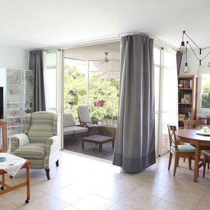 חדר מגורים ומרפסת