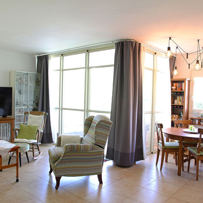 חדר מגורים ופינת אוכל