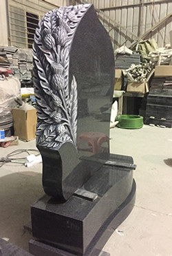 Large_dark_grey_headstone_with_carved_th