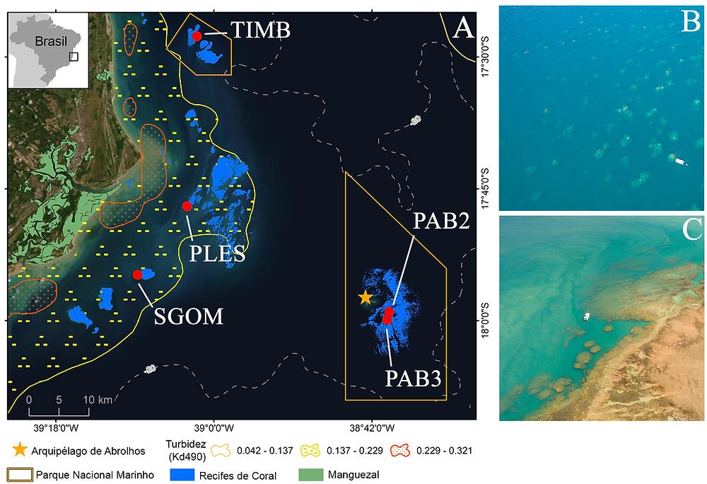 Mapa do Banco de Abrolhos localizado no Brasil com os quatro pontos de coleta marcado em vermelho. Do lado direito superior tem uma foto área dos recifes externos onde se vê, ao fundo, um barquinho de 15 metros. Do lado esquerdo inferior tem uma foto área dos recifes costeiros onde se vê, ao fundo, um barquinho de 15 metros.