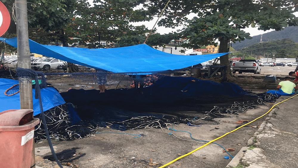 Alguns montes de redes de pesca aguardando o reparo dos pescadores em uma comunidade de Angra dos Reis.