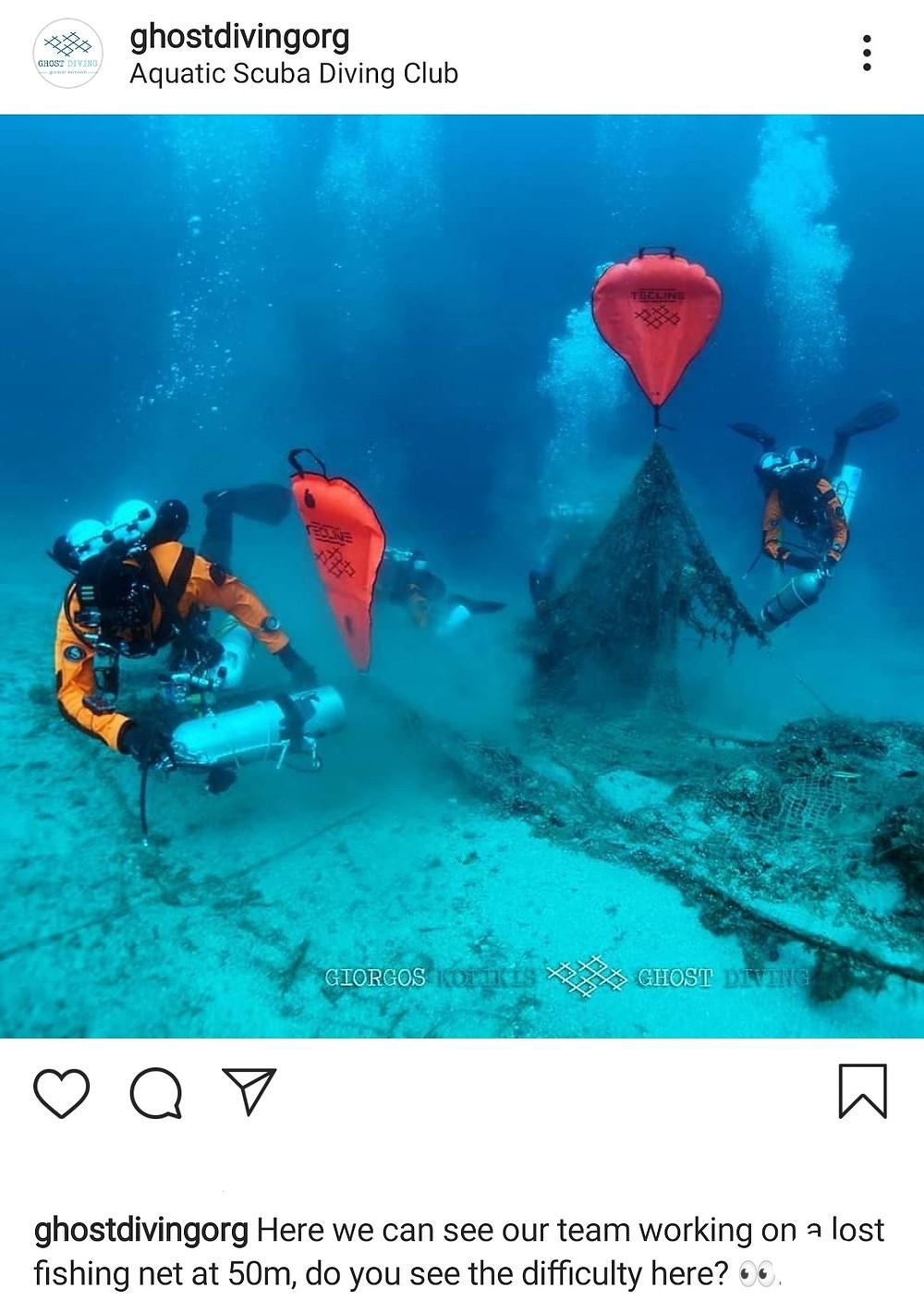 Grupo de mergulhadores da equipe Ghostdivingorg retirando redes fantasmas do fundo do aceano. O trabalho requer muito cuidado para que os próprios mergulhadores não se machuquem e nem fiquem presos.