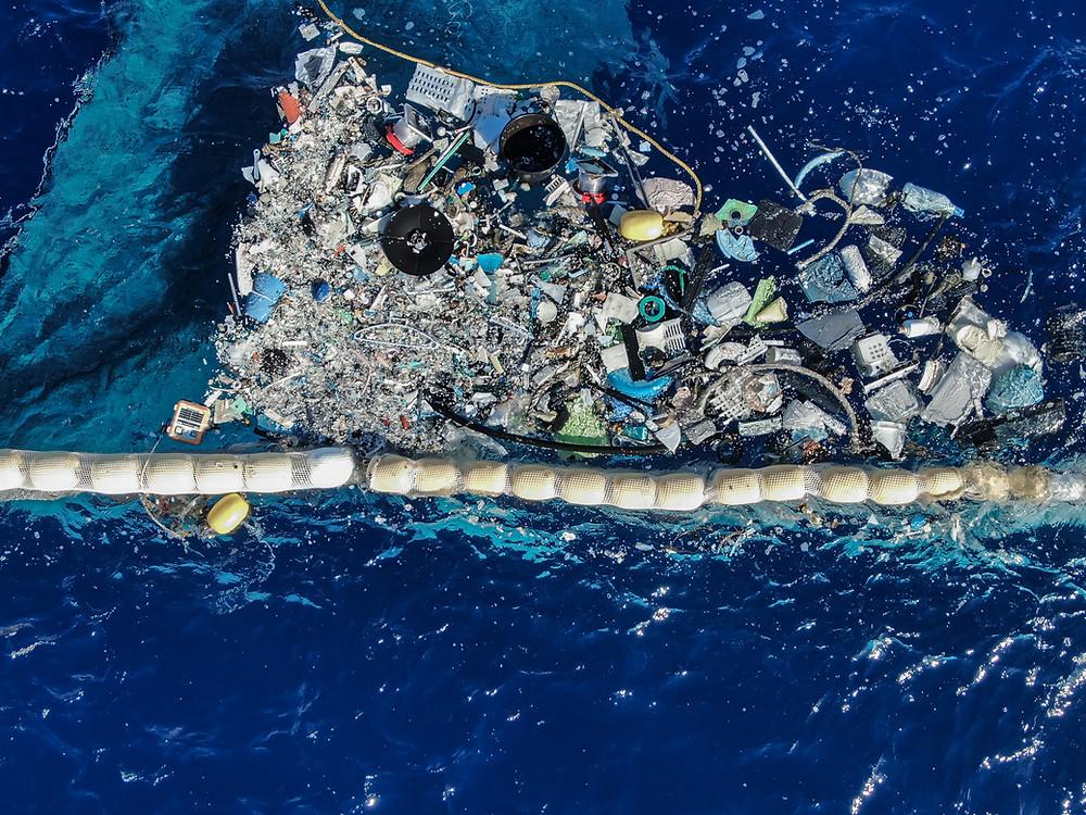 A imagem mostra o sistema de remoção de resíduos plásticos que bóiam na superfície do oceano.