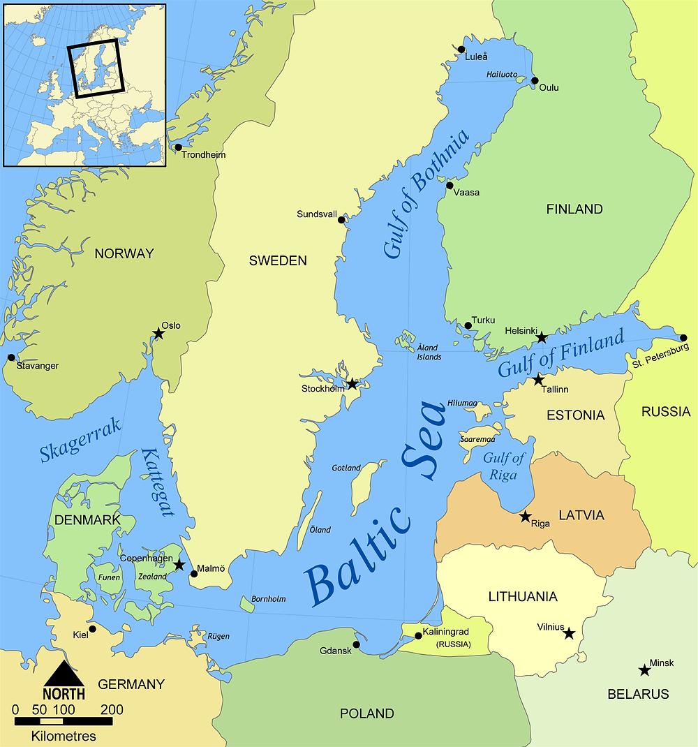 Mapa ilustrativo do Mar Báltico banhando diversos países, incluindo a Suécia que é citada no texto. O mar é representado pela cor azul e os países em diferentes tons de verde. No canto superior esquerdo há um pequeno mapa da Europa com um quadrado sinalizando a localização do Mar Báltico.