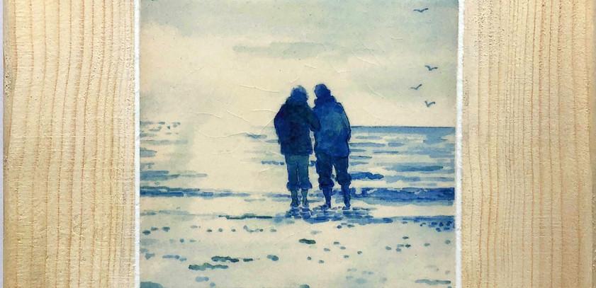 Blue couple on the beach tile 10cm