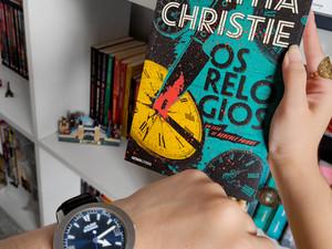 """Altas doses de nostalgia em """"Os Relógios"""" de Agatha Christie (Resenha)"""