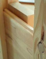 板倉造りの家は、柱と柱の間に厚さ30mmの板を落とし込みながら重ね、その板の表面に同じ厚さの板を貼り合わせることで壁になります。(左画像参照)柱と柱を筋交いの2本の木材で支える在来工法に対し、板倉工法では重ねた板全体で支える為、板と溝の摩擦力の粘りで大地震や台風などの強い風の力も吸収・分散し、損傷を抑えることができます。板倉造りの家は地震の多い東北地方には安心の構造です。
