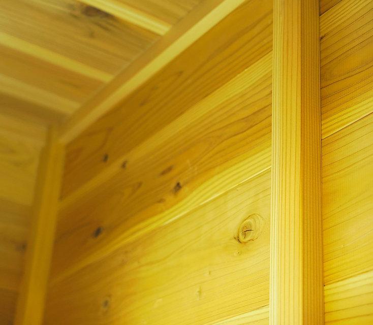 YES住宅の構造材として使われる木材は、全て国産の無垢材を使用しています。 それは、薬剤処理をされた外国産の輸入材では得られない、安心と信頼をお客様にご提案ができるからです。 これから新しいお家で長い時間を過ごされる、お客様の生活に合わせた適材適所の国産木材。 手触りを、香りを、木目の流れを。五感に響く木の家を丁寧にお作りいたします。