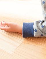 蓄熱式床暖房は、建物を暖めるという考え方ではなく、人間を暖めるという考えです。 頭寒足熱。足だけでなく身体が床に直接触れることで身体を暖め、血流を促し健康にも効果的です。冬場は湿度が低い上に暖房により更に乾燥します。床暖房も例外ではありませんが、板倉造りの吸放湿性との組み合わせにより、冬場でも50%前後の湿度をキープするので、少ないエネルギーで安定した暖かさが得られます。