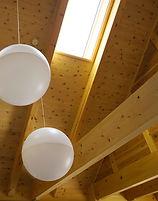潤沢な無垢材に囲まれた空間は、家の中の全ての木が呼吸をしている状態となり、家全体の空気を浄化しキレイな空間を保ちます。高い吸放湿性も特徴で1年を通して湿度を50%台に保ちます。また、板を重ね貼りする壁面構成により断熱材を使用しなくても(※1)安定した室温に調整してくれます。季節に合わせた自然のエアコンで快適な生活をお送りいただけます。 ※1 断熱材を入れることも可能です