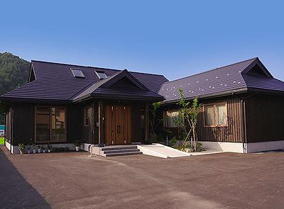 南部町沖田面の展示場です。てスギ・ヒノキ・青森ヒバ・クリやサーモアッシュなど、適材適所に国産無垢材を使用したYES住宅自慢の板倉造りの展示場です。流行に左右されない木の外壁、平屋だから出来る大空間リビング、天窓や吹抜を利用した日光を取り入れやすい設計など、木の家の良さが存分に体感できます。