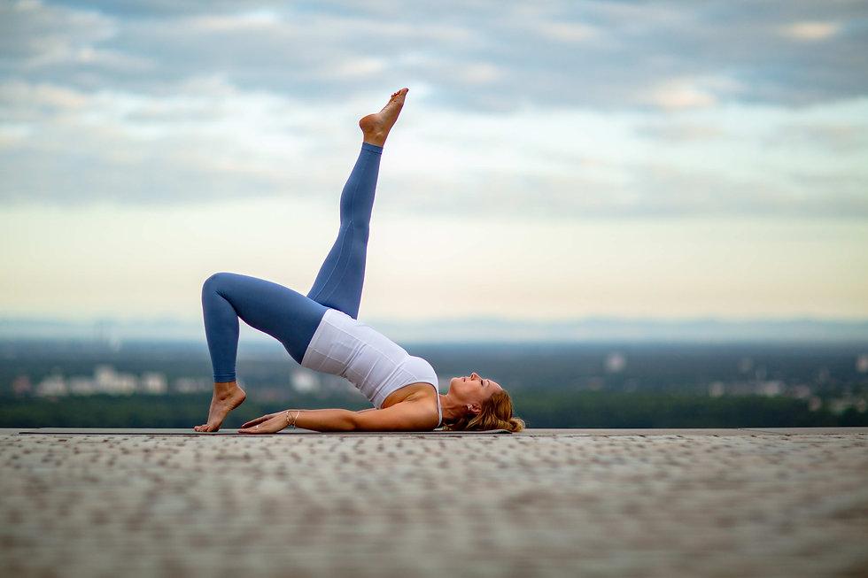 Yoga Outdoor mit Rebecca Urt mit Blick über Karlsruhe