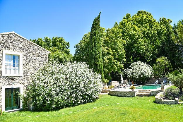 jardin vue grange vers piscine.jpg
