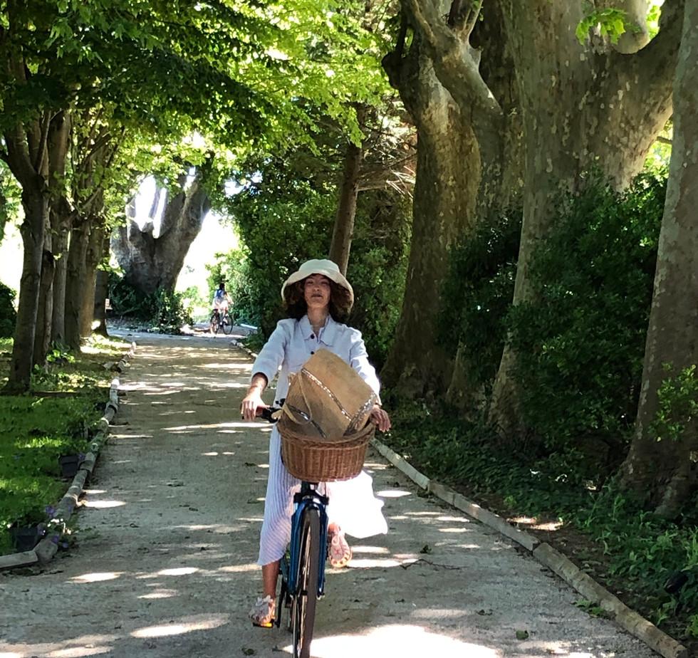 vélo fille dans l'allée.jpg
