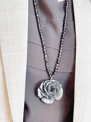 Sautoir camélia et perles noires - Bijou chiné