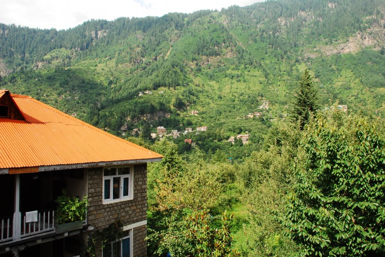 A guest house overlooking the mountains in Old Manali (Imagebywww.mapsofindia.com)