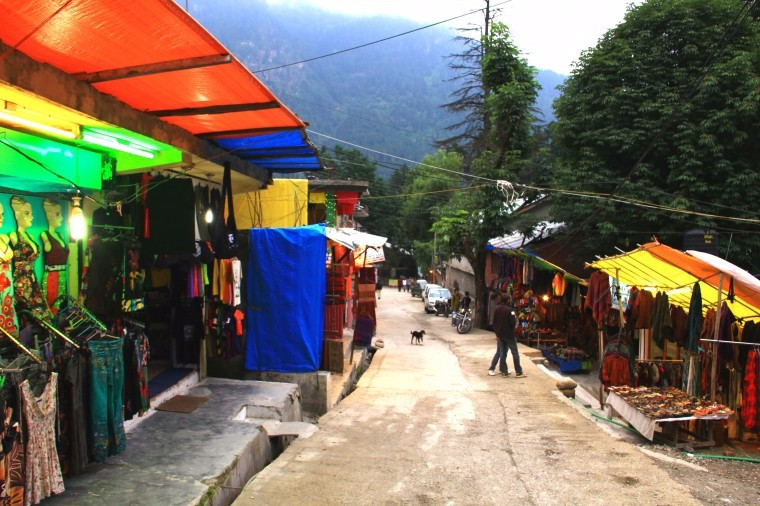 The main street with shops on both sides at Old Manali (Image by www.mapsofindia.com)