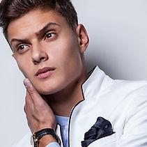 白のジャケットで男性モデル