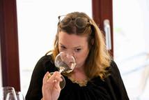 Katja Apelt ist studierte Journalistin, Weinakademikerin / WSET Diploma und PR-Beraterin. Sie arbeitete unteranderem für die VDP - Verband der Prädikatsweingüter und baut und führt aktuell die Weindakademie der Gruppe