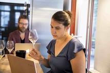 Jacqueline Lorenz ist die Sommelière und Gastgeberin der 1 Sterne Restaurants Prism in Berlin, dessen Küchenchef der israelische Koch Gal Ben Moshe ist.