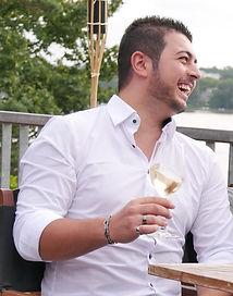 Serhat Aktas ist gelernter Restaurantfachmann, Berliner Jugendmeister, der Inhaber der Bistro&Weinbar der Weinlobbyist, Cup-Organisator, Sommelier und Weinblogger