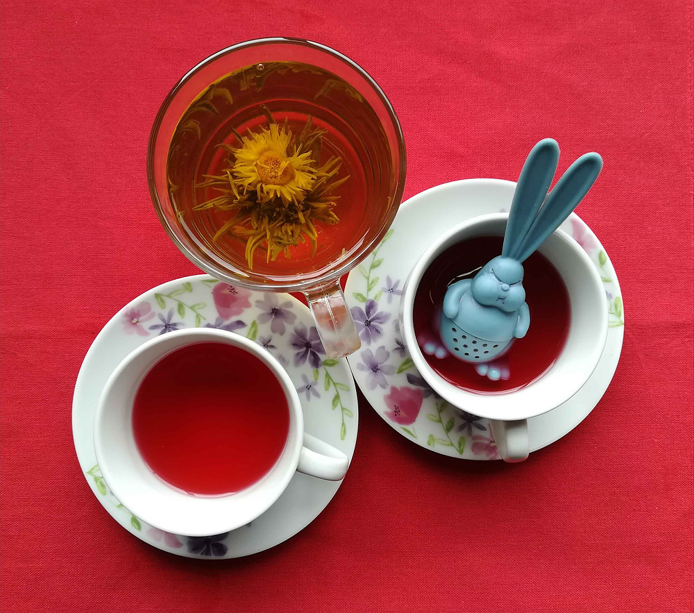cups of tea with infuser