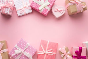 vue-dessus-assortiment-cadeaux-roses_23-