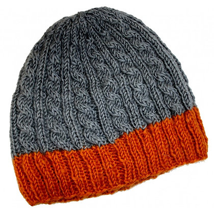 Cable knit beanie in grey/rust