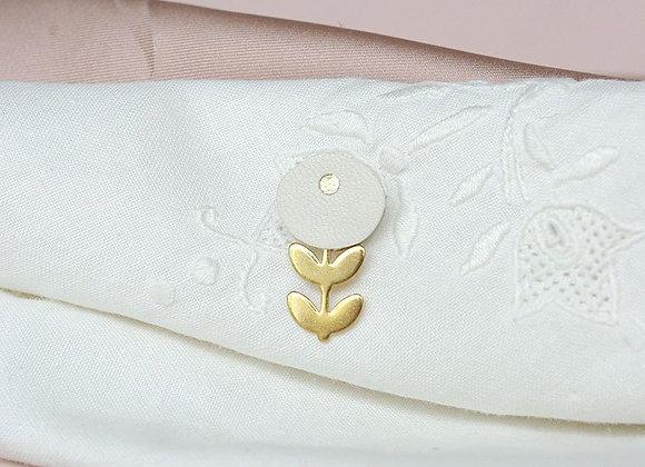 Pin's fleur blanche - L'indiscrête