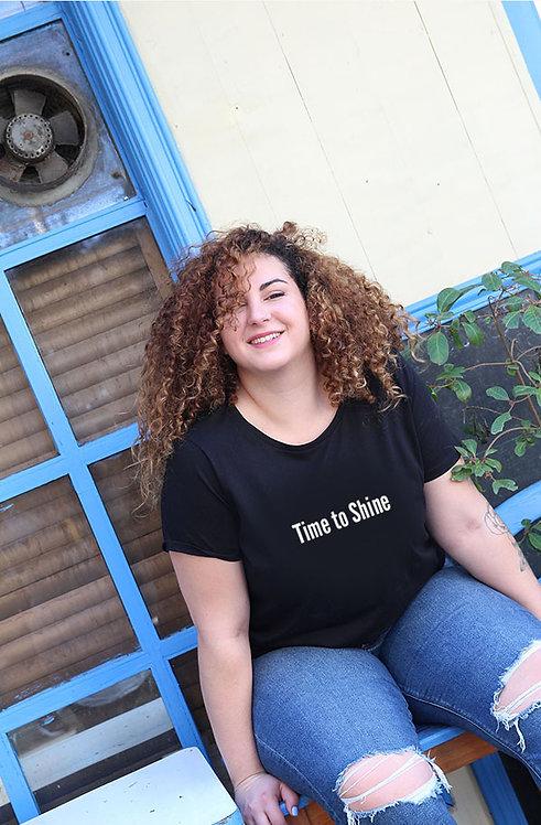 חולצת טי  שחורה מעוצבת בהדפס Time to Shine