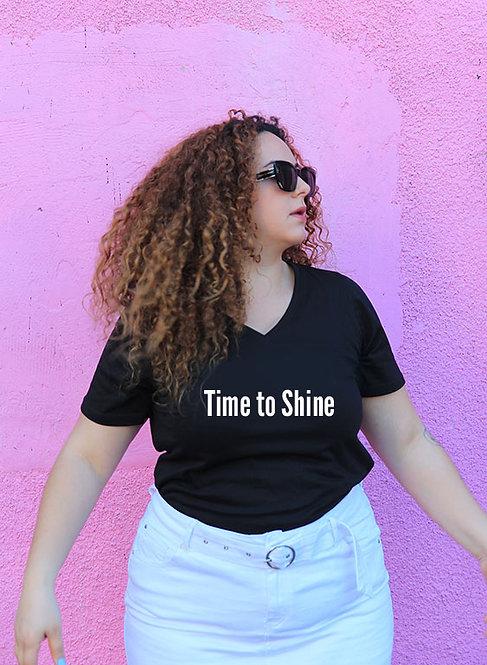 חולצת וי שחורה מעוצבת בהדפס Time to shine