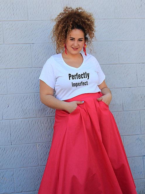 חולצת וי לבנה מעוצבת בהדפס  Perfectly Imperfect