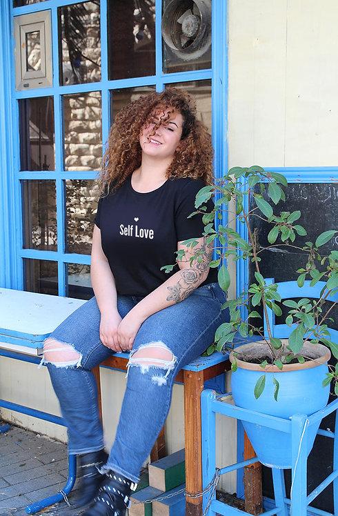 חולצת טי  שחורה מעוצבת בהדפס Self Love