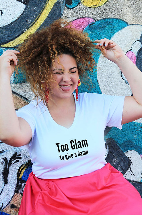 חולצת וי לבנה מעוצבת בהדפס  Too glam to give a damn