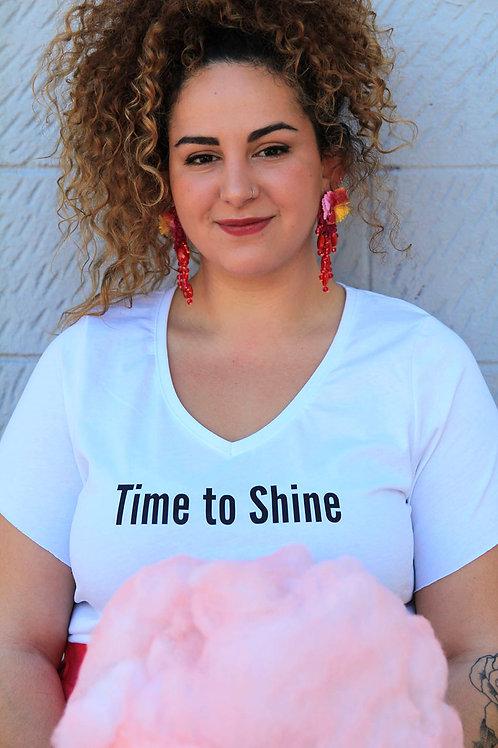 חולצת וי לבנה מעוצבת בהדפס Time to shine