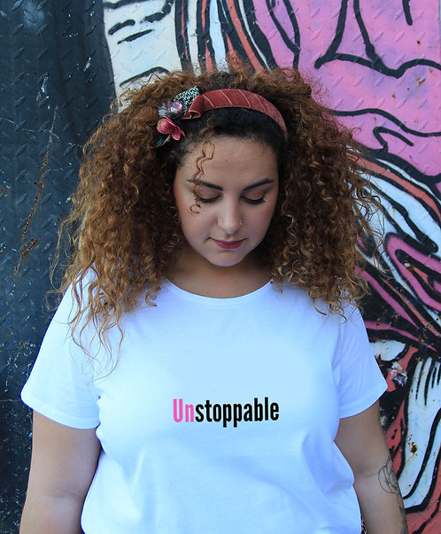חולצת טי לבנה מעוצבת בהדפס  Unstoppable