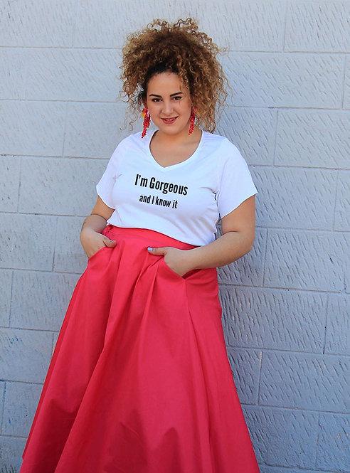 חולצת וי לבנה מעוצבת בהדפס  I'm gorgeous and I know it