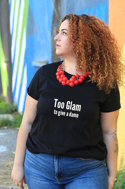 חולצת טי  שחורה מעוצבת בהדפס Too glam to give a damn