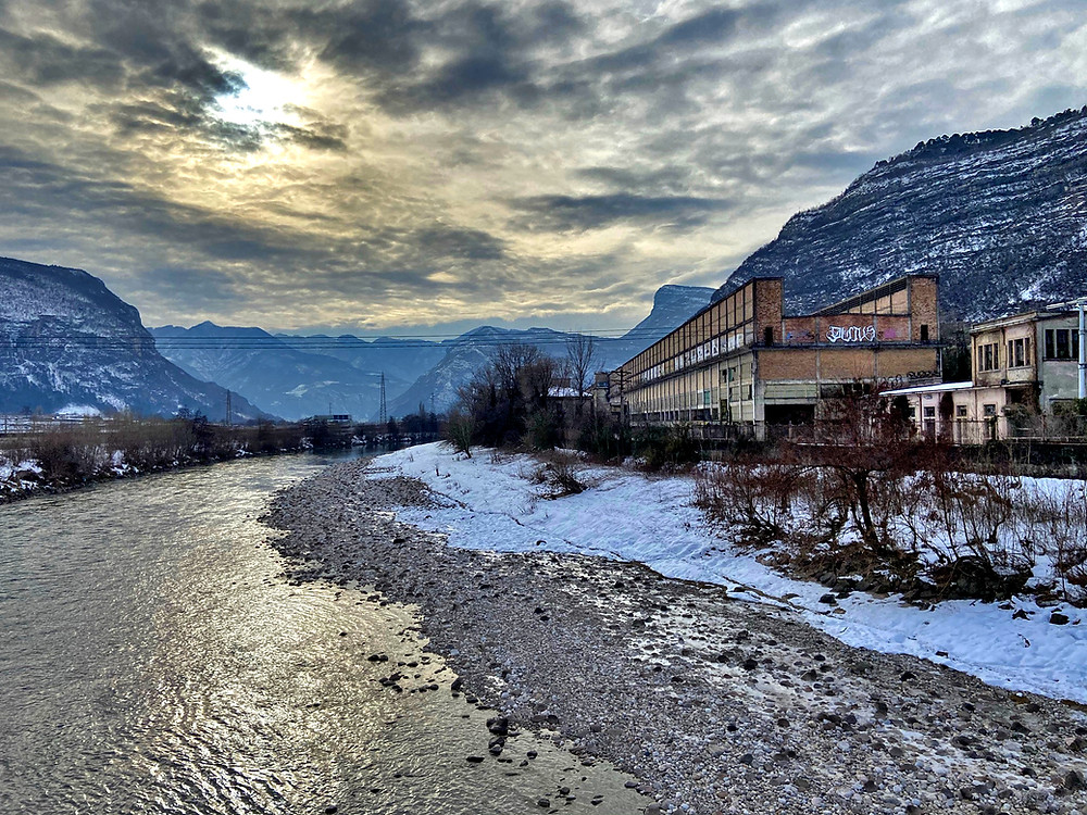 I ruderi dello stabilimento Montecatini sulle rive del fiume Adige