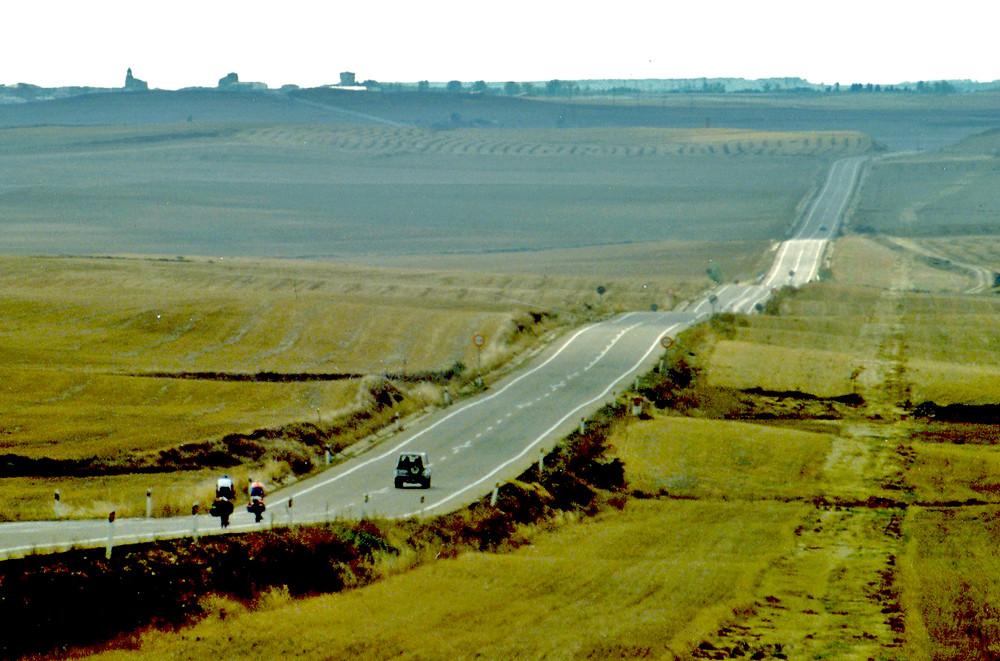 La strada tra Burgos e Carrion de los Condes (sullo sfondo)