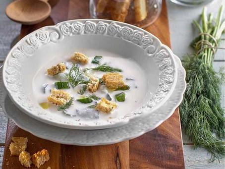 """מרק """"יוגורט"""" מלפפונים ושמיר קר עם חלב שקדים וקרוטונים"""