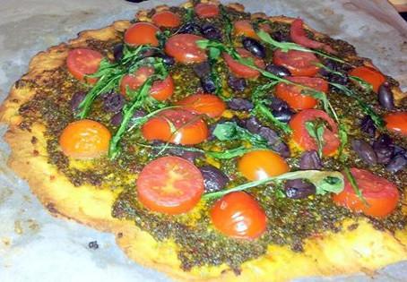 פיצה מקמח חומוס ופסטו ירוקים מפוצץ