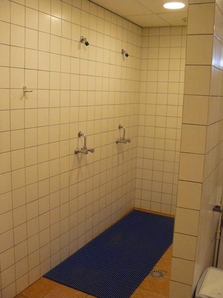 82 twee plus twee douches in de kleedkamers beneden