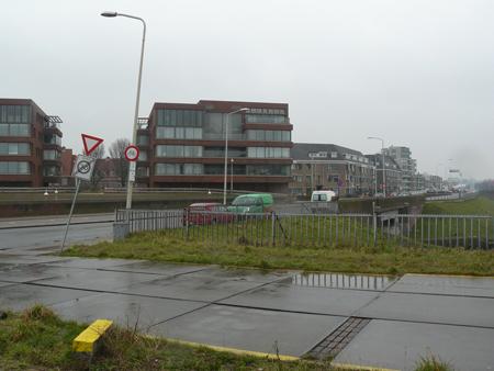 17 rechtsaf en na die flat linkaf de Lelykade op