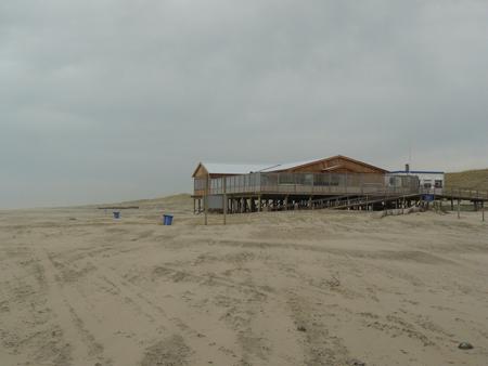 64 hier bij paviljoen Luctor et Emergo terug op het strand