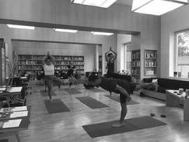 Yogakurse finden in der Yogapyramide, Poltera-Training und über die Sommerzeit im Stadgarten statt.