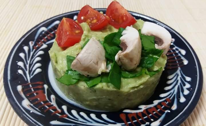 avocado tart with mushroms and tomatoes.