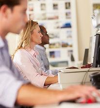 De arbeiders bij hun computers
