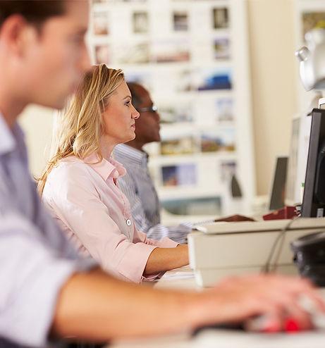 Trabalhadores em seus computadores
