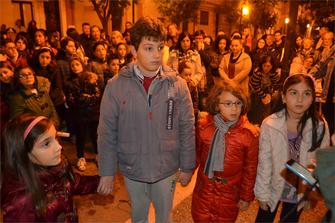 Bambini che ascoltano la poesia PACE di Bertolt BrechtR
